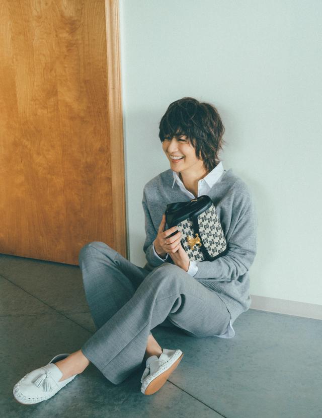 富岡佳子のセリーヌのかっちりバッグ&ラフな靴