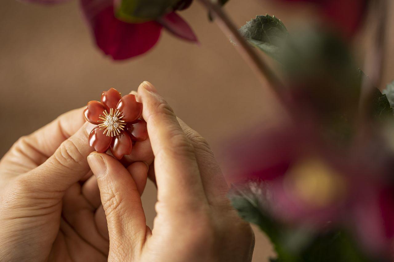 ヴァン クリーフ&アーペル「LIGHT OF FLOWERS ハナの光」手元