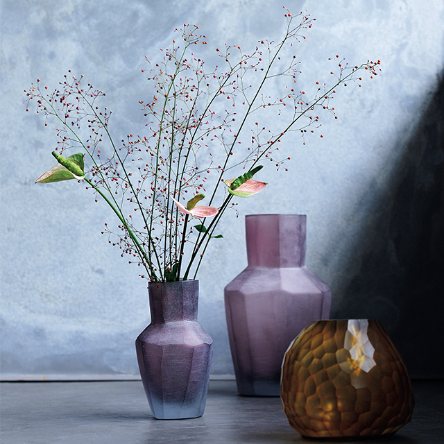 リズミカルに並べて置きたい 小ぶりの色ガラスの花器