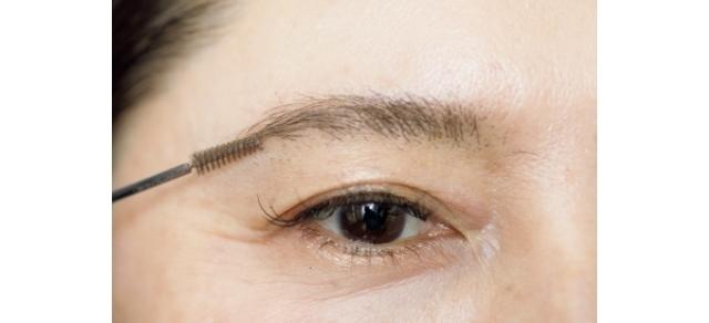 毛があちこち向いて生えていて、よりまばらに見えるため、眉マスカラで毛流れをちゃんと整える。