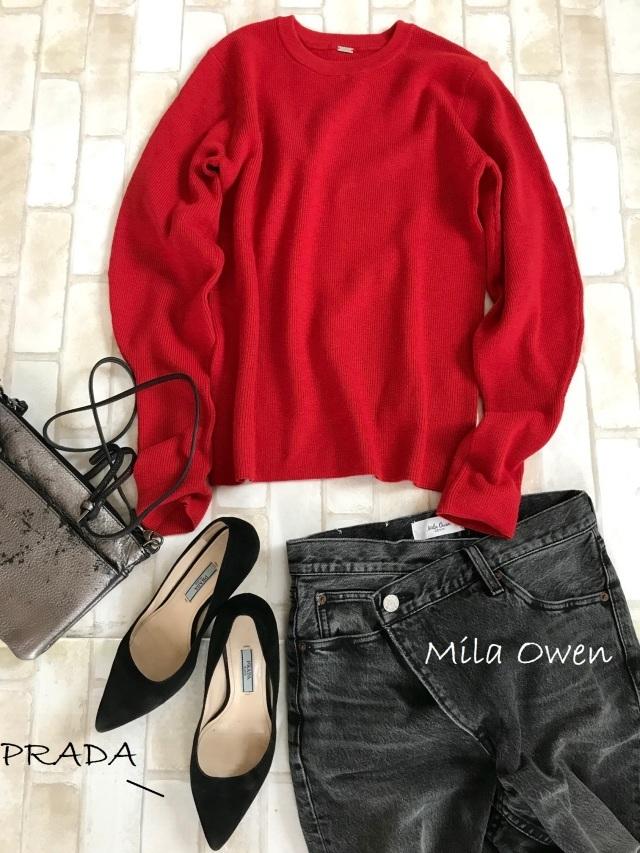 赤ニット×デニムパンツのファッションコーデ