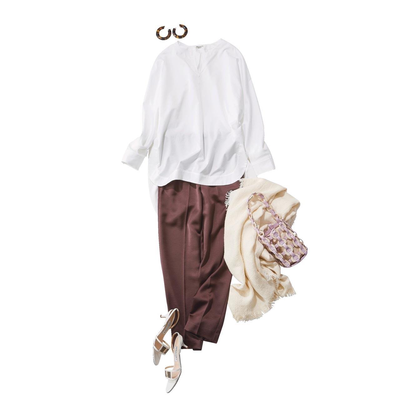 ■白のプルオーバーシャツ×ブラウンのツヤパンツコーデ
