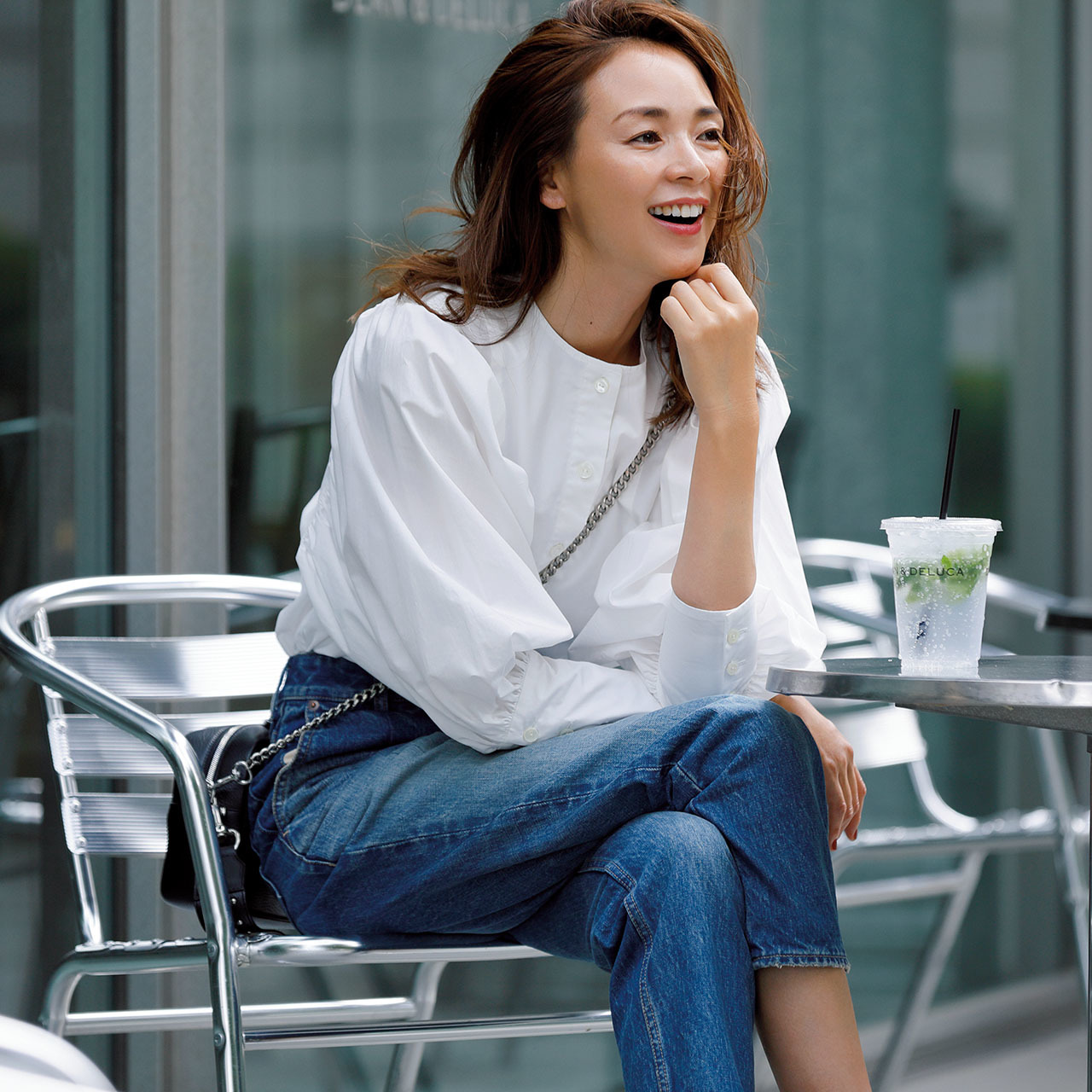 白いボリューム袖シャツ×デニムパンツコーデ