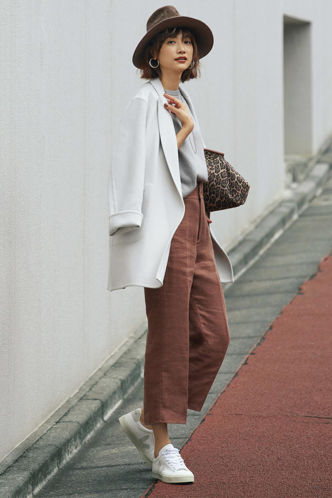 Style 1. アイスグレー短めコート×白レザースニーカー 淡いグレーのジャケットコートは冬のぴりっとした空気感によくなじむ。白レザースニーカーでクリーンに決めて。