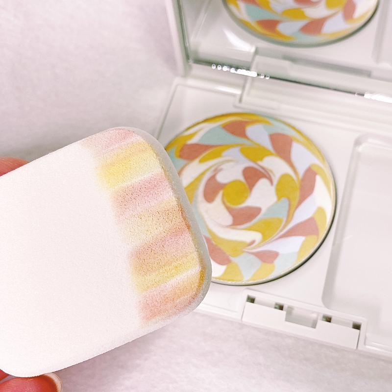 ポーラのディエムクルールのファンデーションは虹色のまま肌に塗る