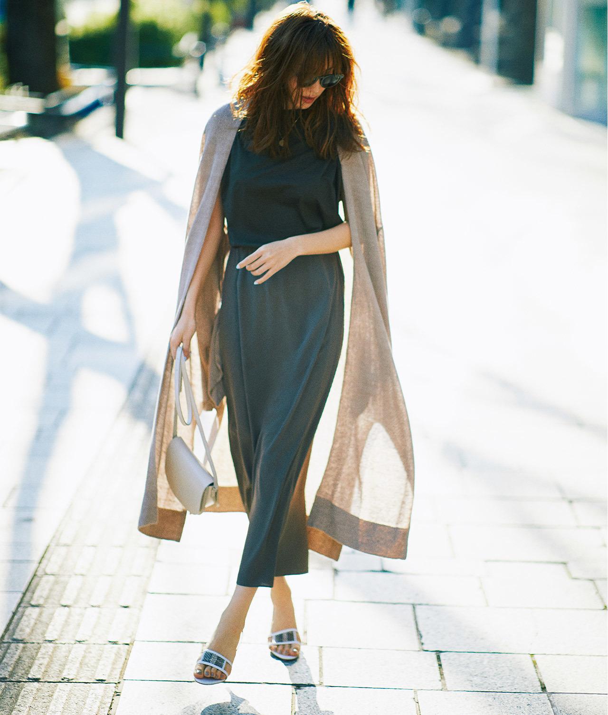 黒Tシャツ×同系色タイトスカートのきれいめファッションコーデ