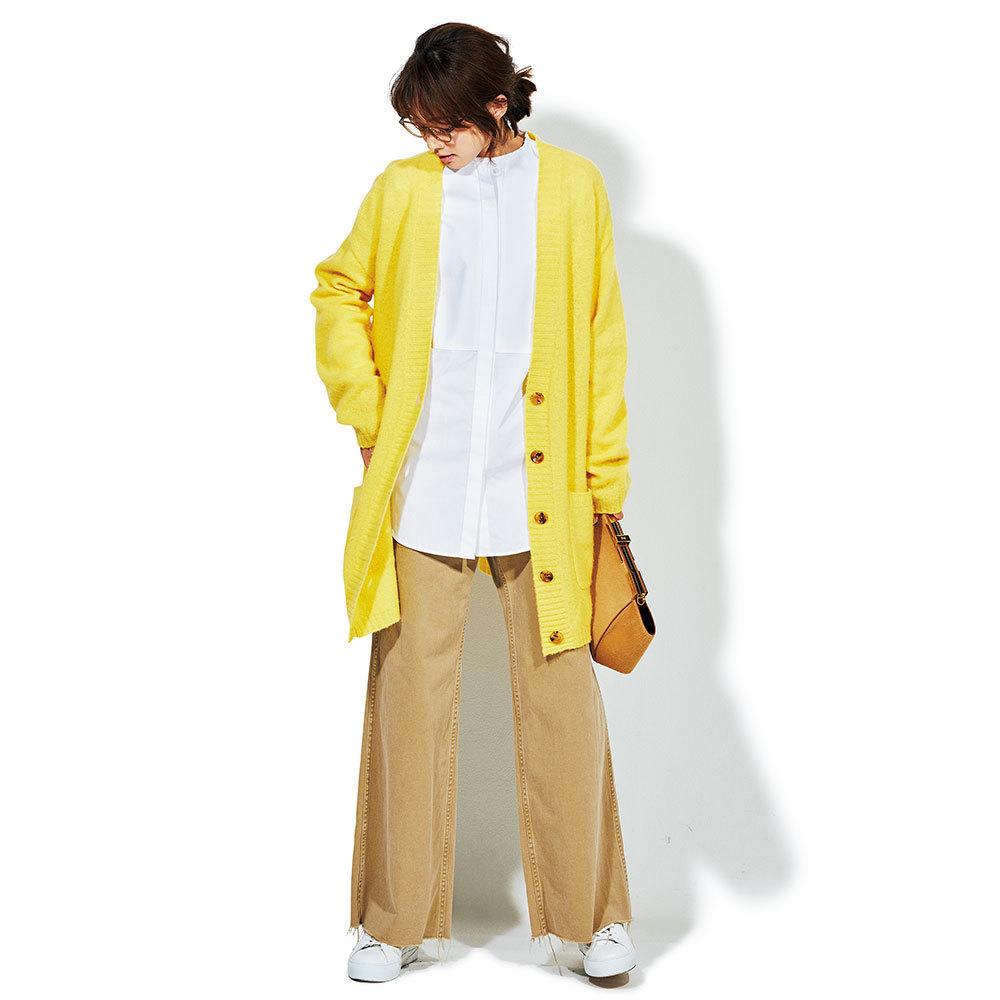 白シャツ×イエローカーディガン×ベージュのワイドパンツのファッションコーデ