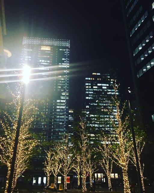 何気ない通りでもイルミネーションとビルの光のコントラストがきれい