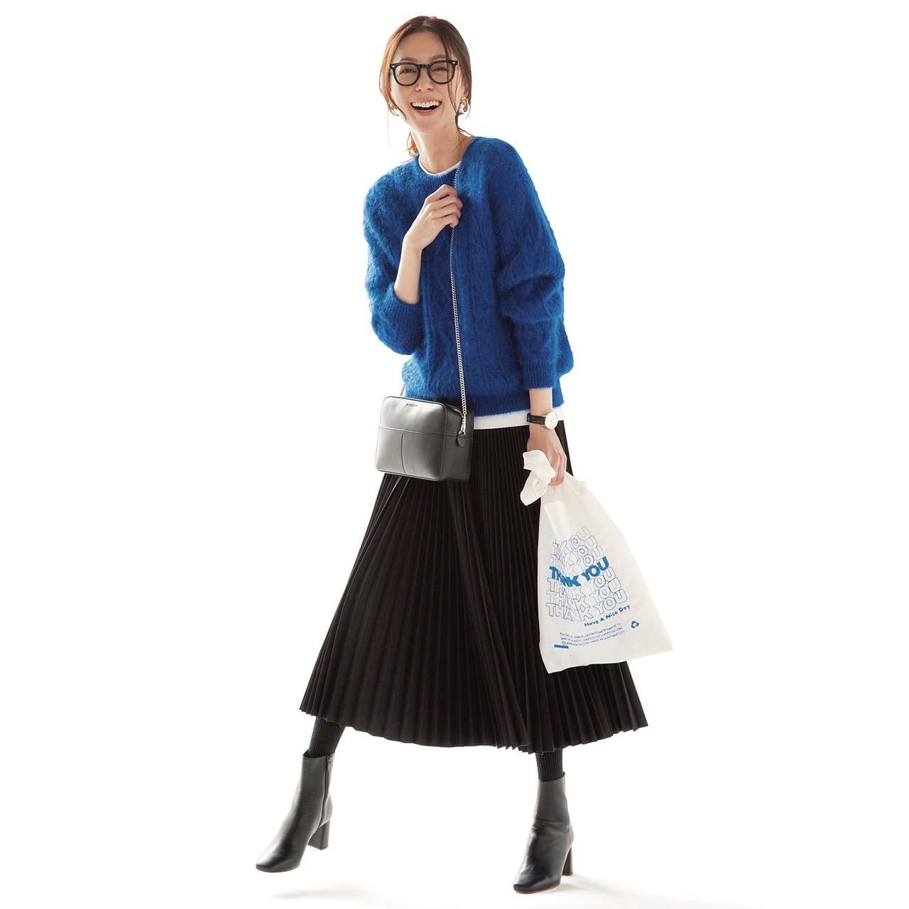 ニット×白Tシャツ×プリーツスカートコーデを着たモデルの内田ナナさん