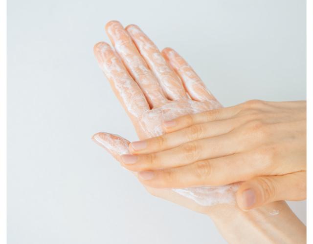 シャンプーは手のひらで広げてから塗布する