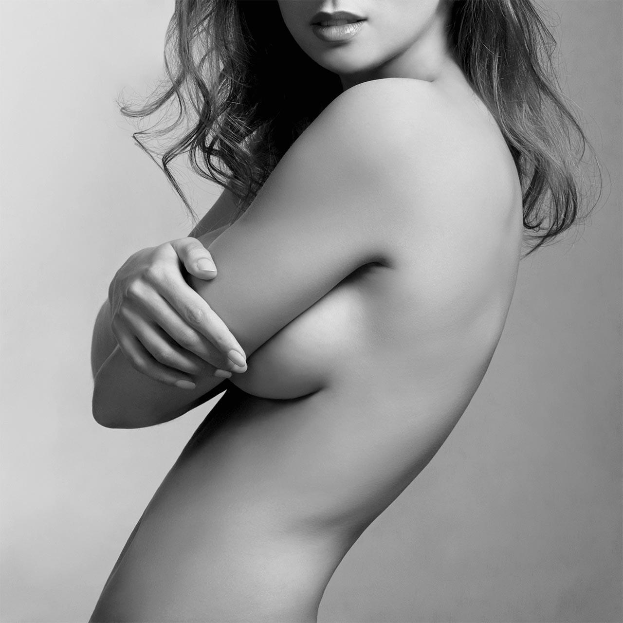 バストがきれいな女性