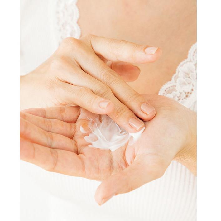 1.パール2 粒量のクリームを手に取り、温める。こうすることで肌に浸透しやすくなる