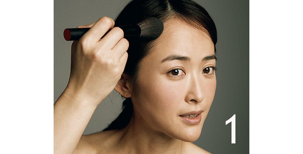②に①を含ませ、余分な粉を落としてから額の中央(生えぎわ)→こめかみ→耳の前に