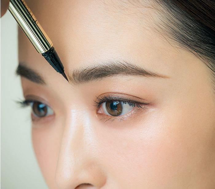 ①1眉頭から5 ㎜内側までをリキッドブロウで描く