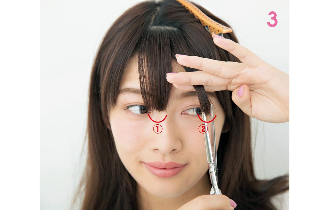 下段の束を半分に分けてカットする  前髪を①と②のブロックに分け、①からハサミを縦に入れて切り始める。②のほうが、少しだけ長くなるようにカットして。