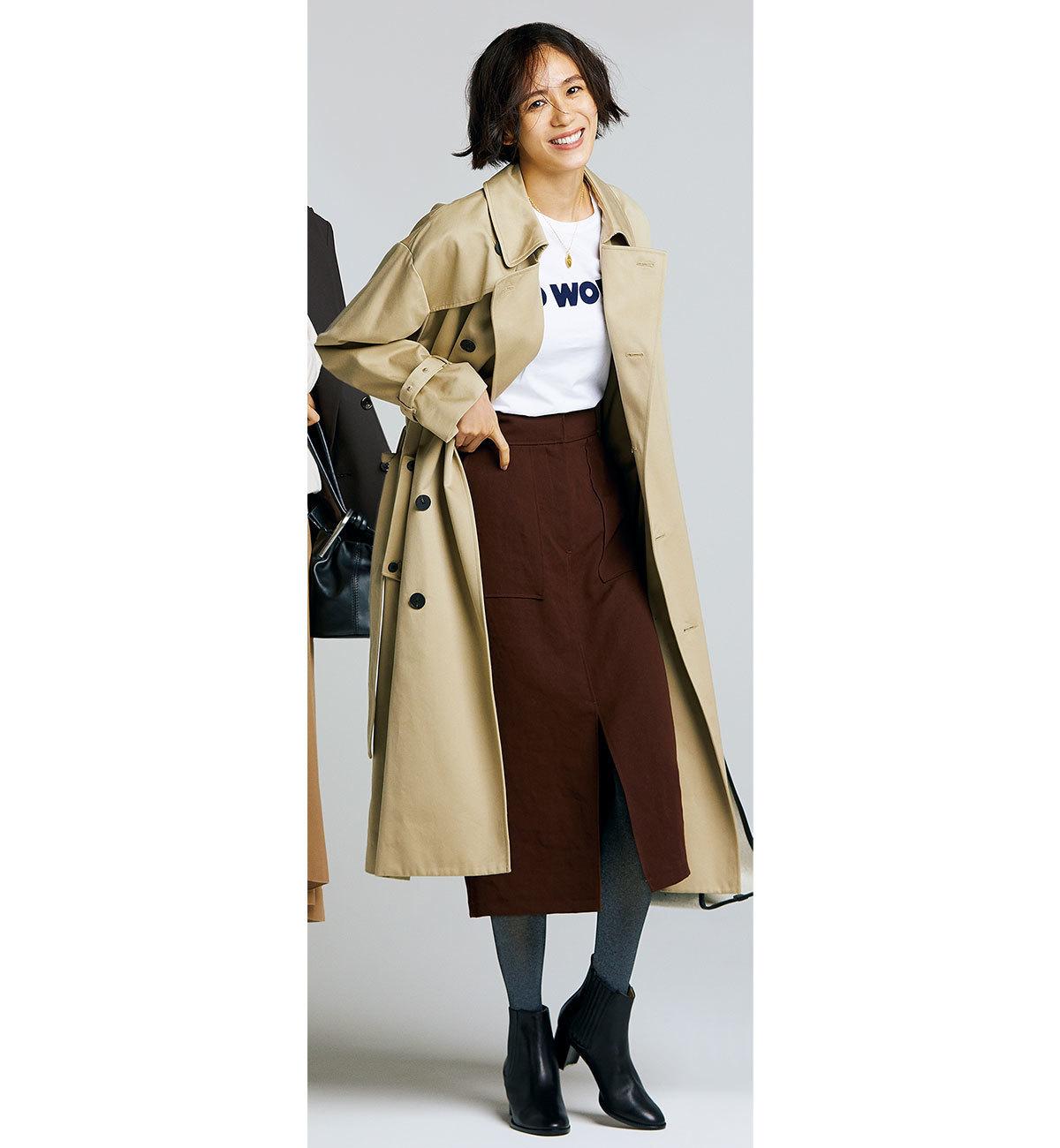 トレンチコート×Tシャツ×タイトスカート×黒のショートブーツコーデ