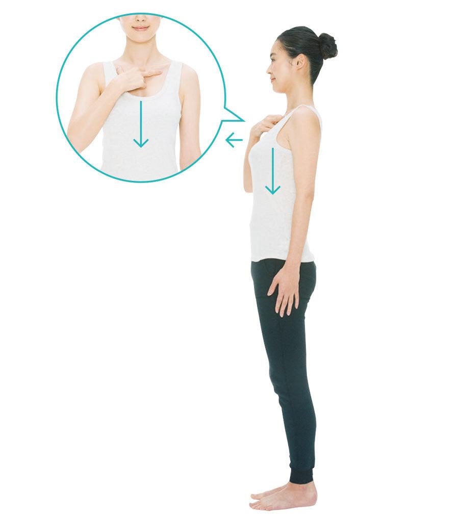 胸をグッと前に張り出し、右手の親指と中指で鎖骨の下を押さえ、胸の皮膚と筋肉を軽く真下に押し下げる。