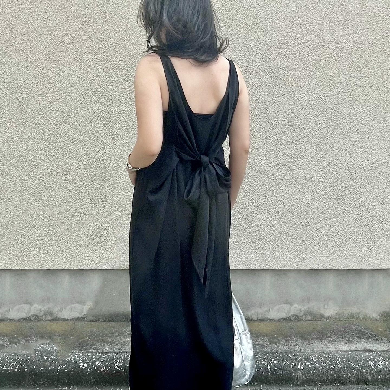 黒ワンピース(バックスタイル)、シルバーバッグ