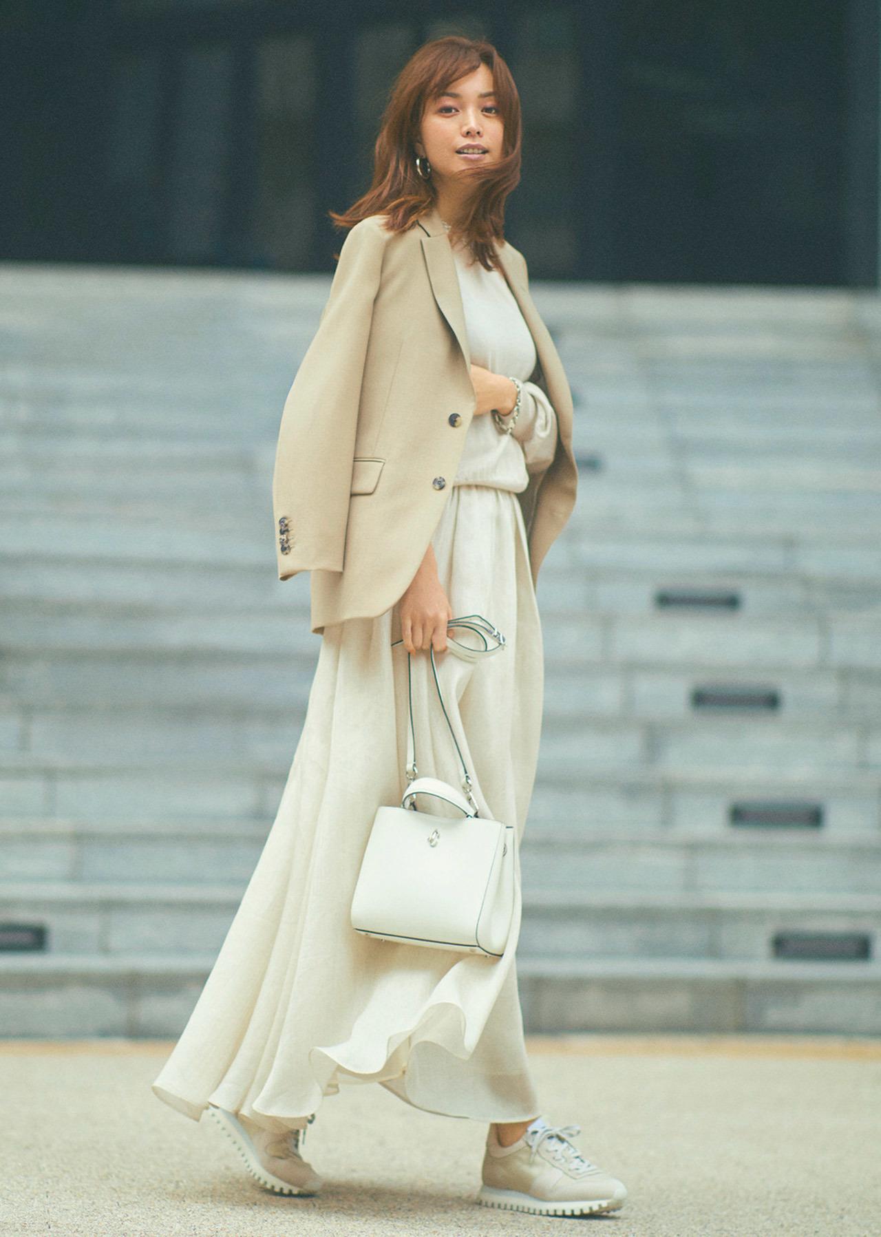 ■スカート×ベージュのジャケットコーデ