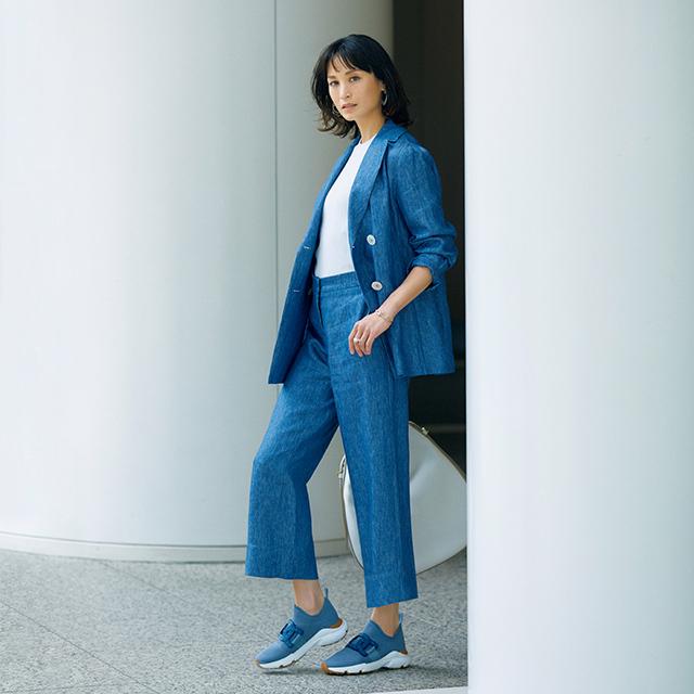 清涼感あるブルーの スニーカーは、ワントーンで端正に装う