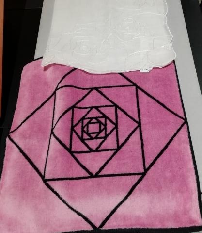 薔薇の刺繍ハンカチ(白)と薔薇模様のハンカチタオル(ピンク)