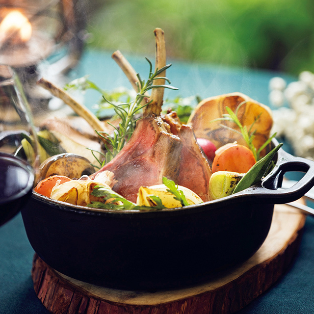 鹿やイノシ シなど、ダッチオーブンで仕上げる野趣あるジビエ料理も美味