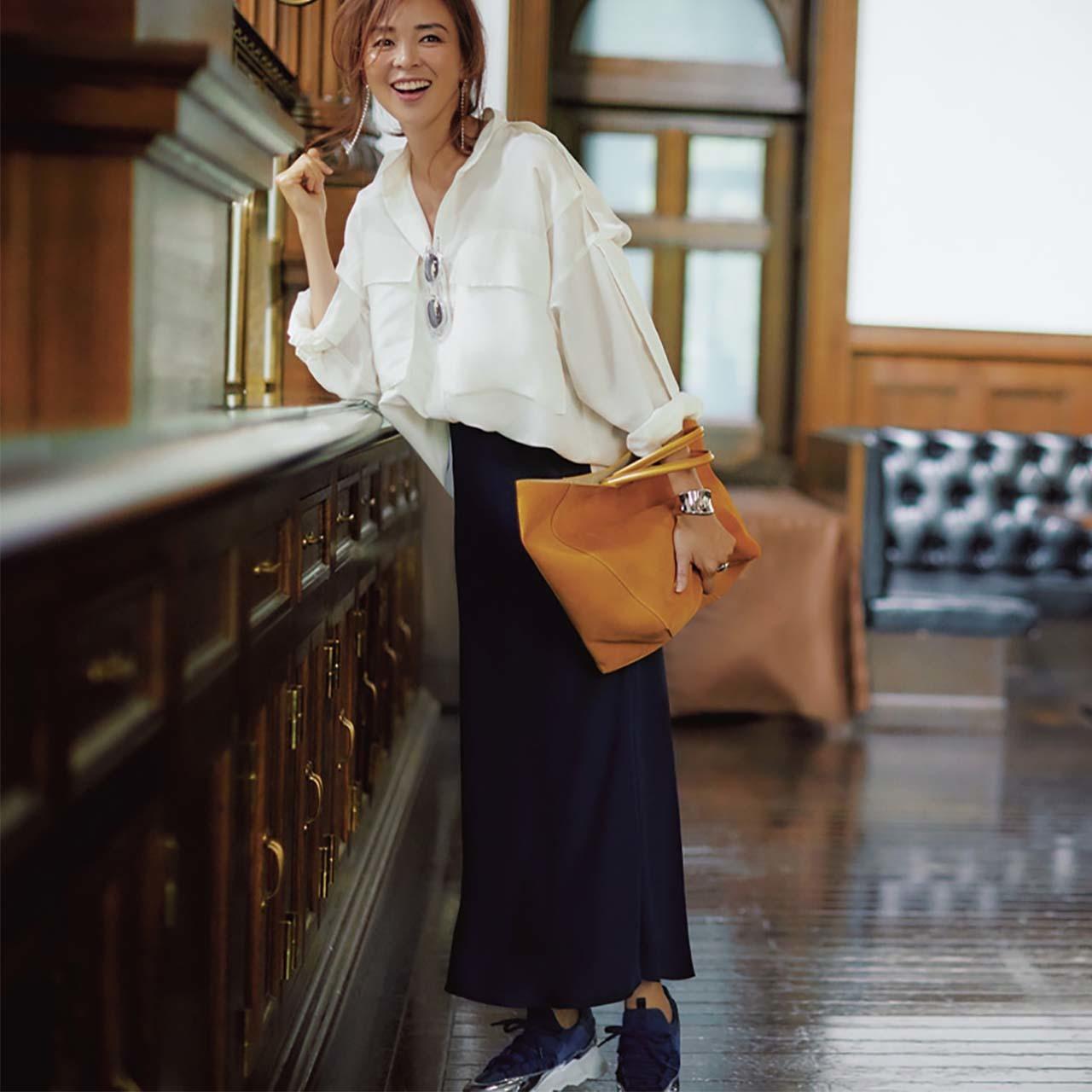 白シャツ×タイトスカートコーデを着たモデルのSHIHOさん