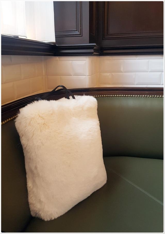 冬の白!ファーバッグで何か物足りない日のフェミニンさをプラス_1_1