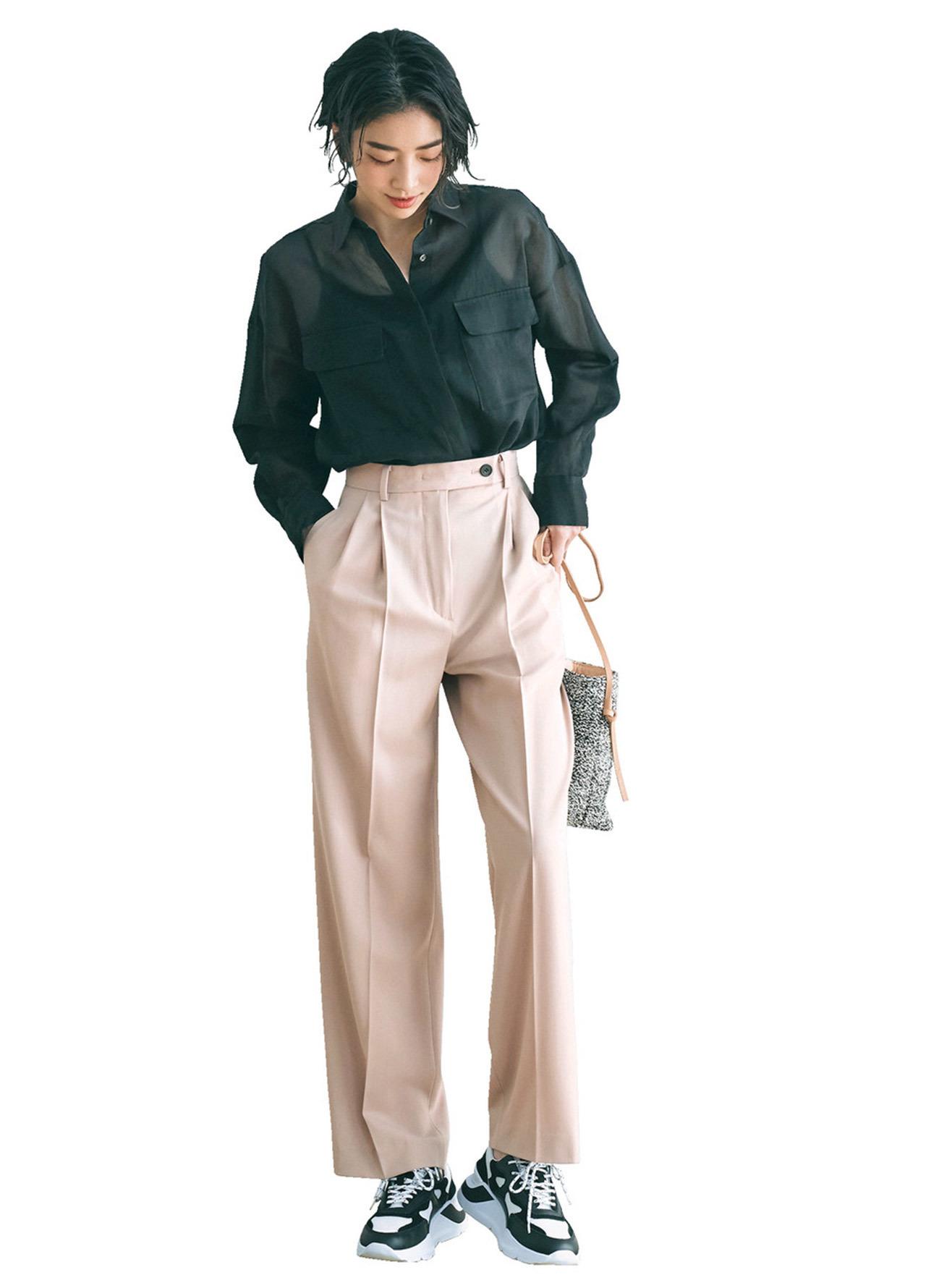 黒のシアーシャツとピンクパンツのコーデ
