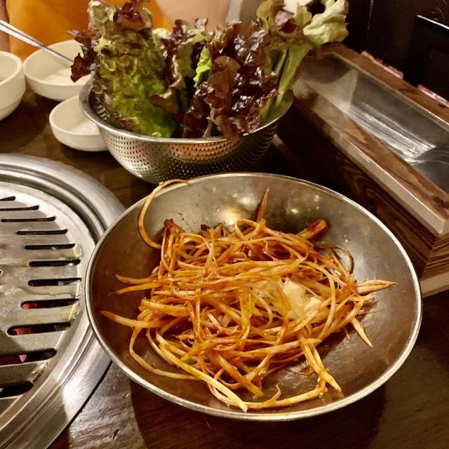 ネギのあっさり漬けと一緒に葉野菜に巻いてパクリ。