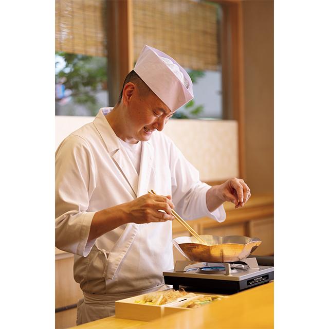 誠意ある料理を供す泉貴友料理長。