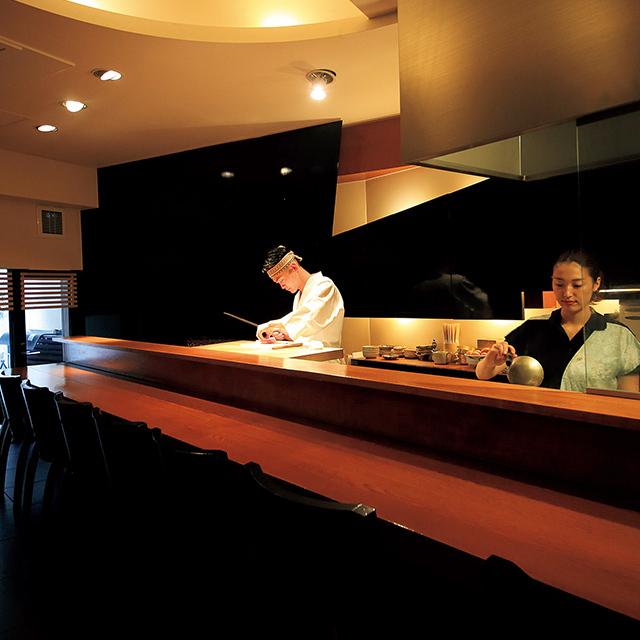 京都市役所前にある和食レストラン「京洛肉料理 かなえ」のカウンター