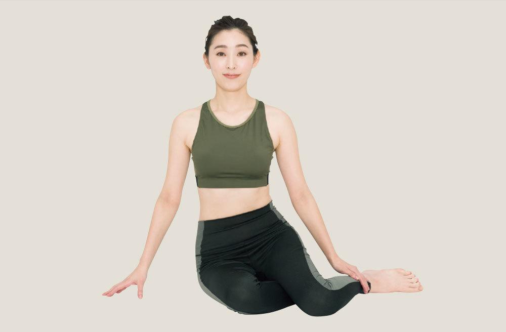 1.両脚を左に出して 横座りをする 床に座り、膝を軽く曲げ、両脚を左に出して横座りをする。