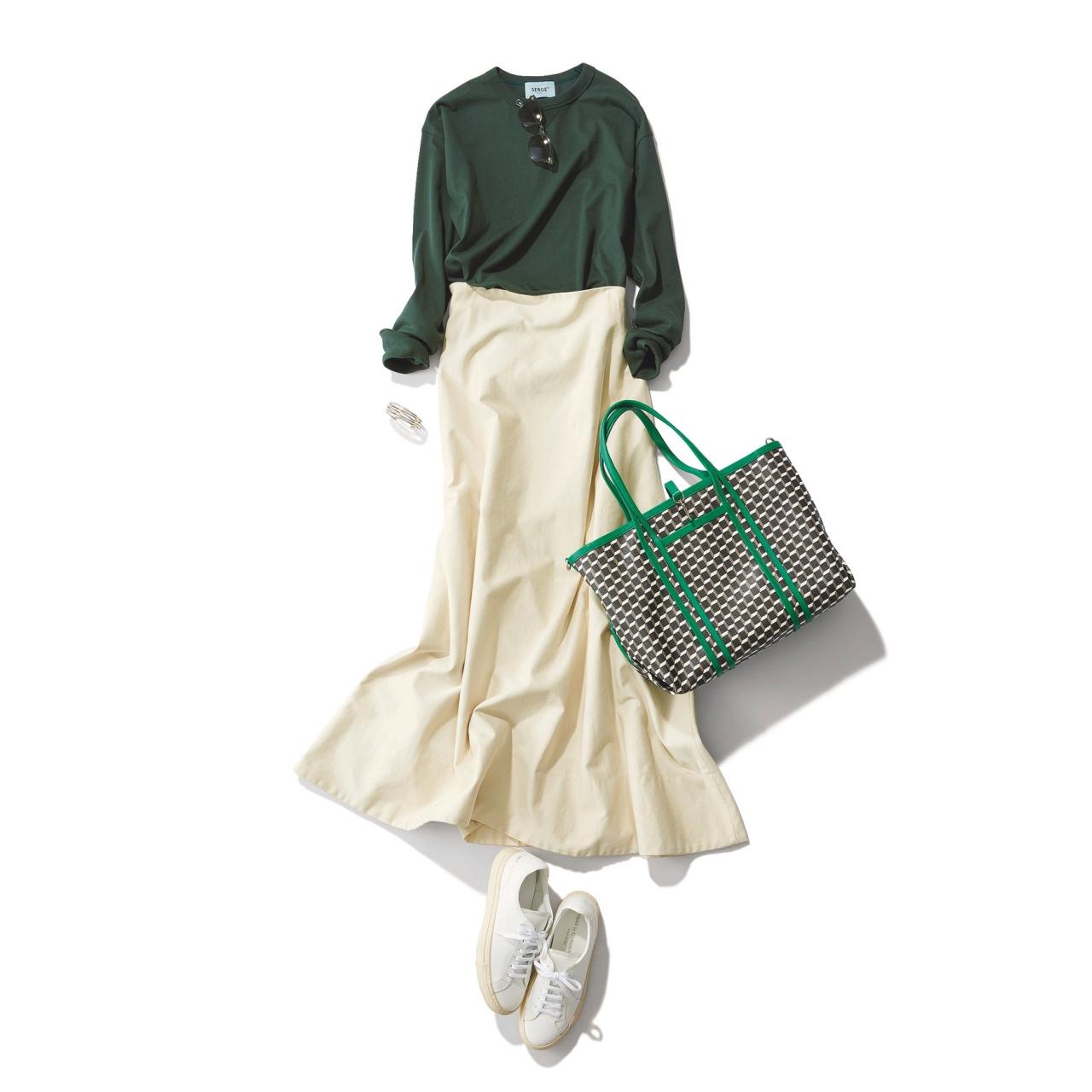 白スカート×白スニーカーのファッションコーデ