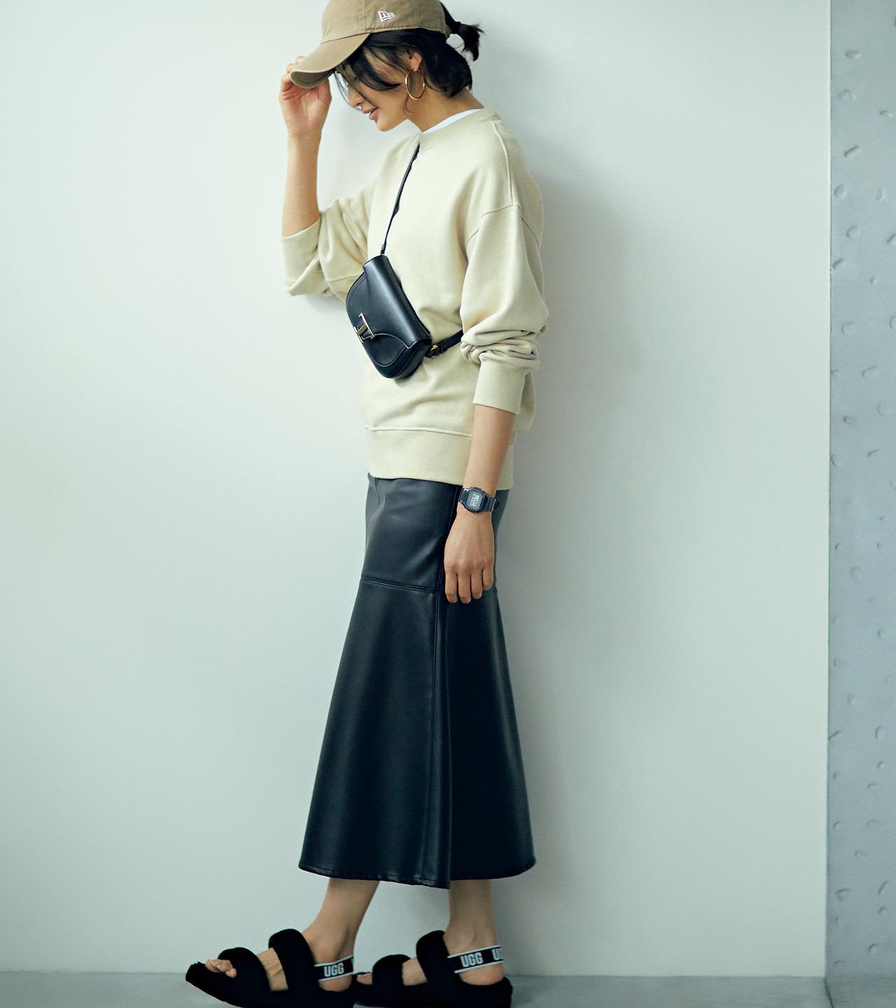 スウェット×レザースカートコーデを着たモデルの渡辺佳子さん