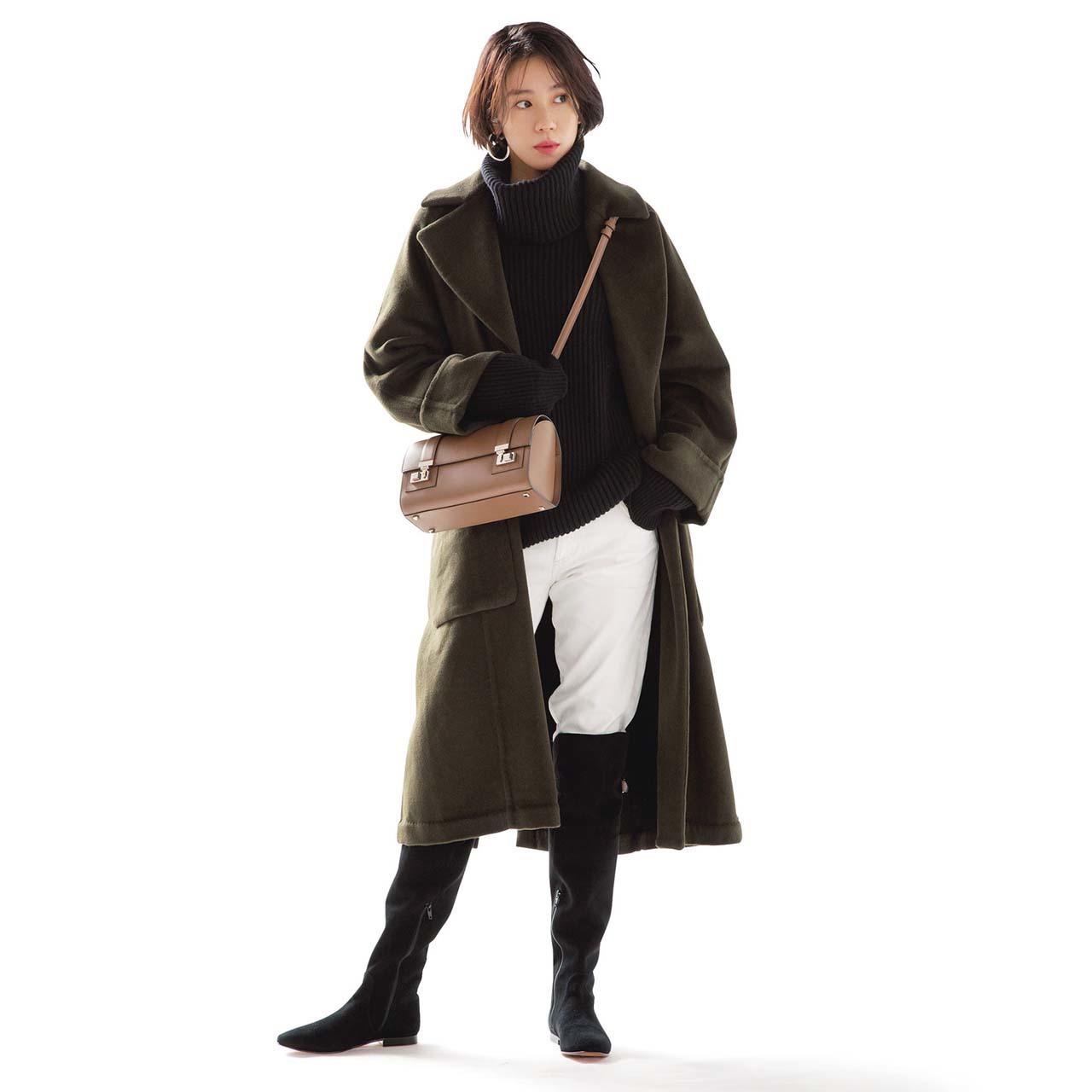 ロングブーツ×コート×白デニムパンツコーデを着たモデルの竹内友梨さん