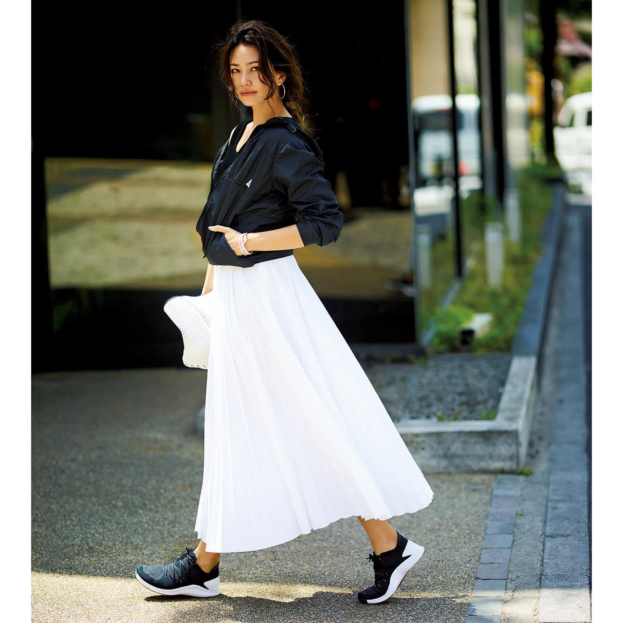 黒パーカ×白ロングスカートコーデ