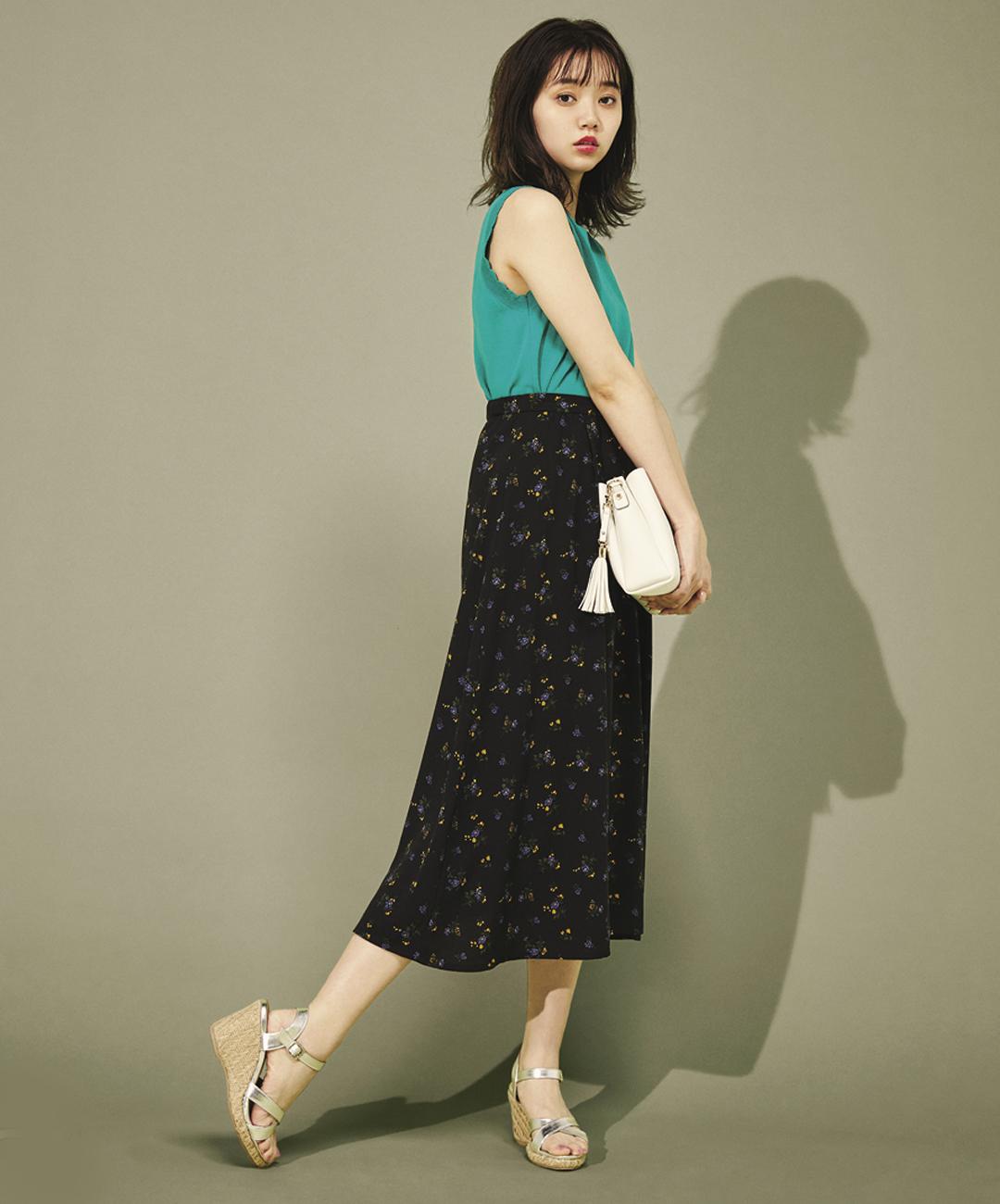 【夏のロングスカートコーデ】江野沢愛美は、花柄スカート×メタリックサンダルで大人っぽく