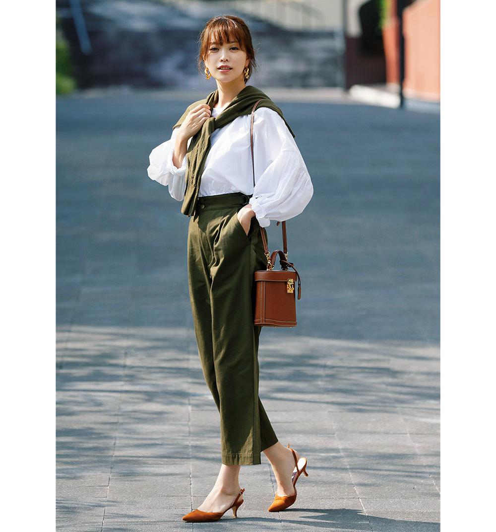 白シャツ×カーキパンツのファッションコーデ