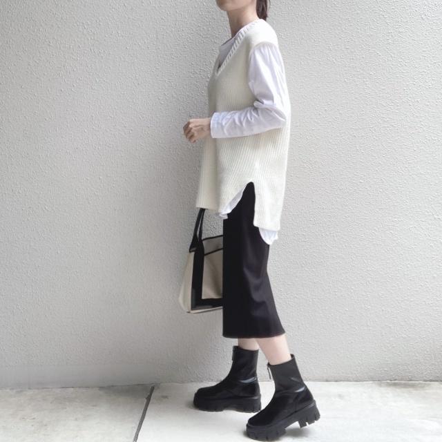 真っ白なロンTにオフホワイトのニットベスト、黒タイトスカートのコーデ