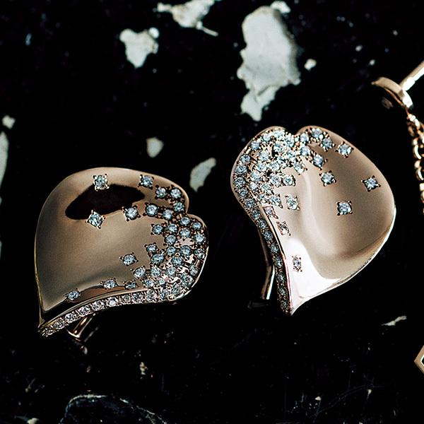 印象的な横顔を彩る。ダイヤモンドが輝くブランドのアイコンピアス_1_1-6