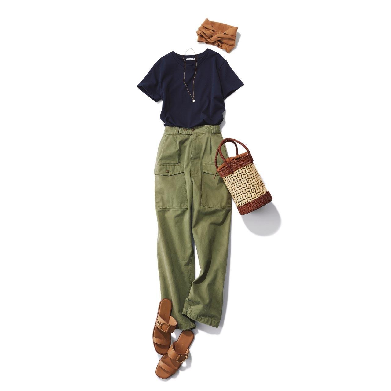 ■ネイビーのTシャツ×カーキのカーゴパンツコーデ