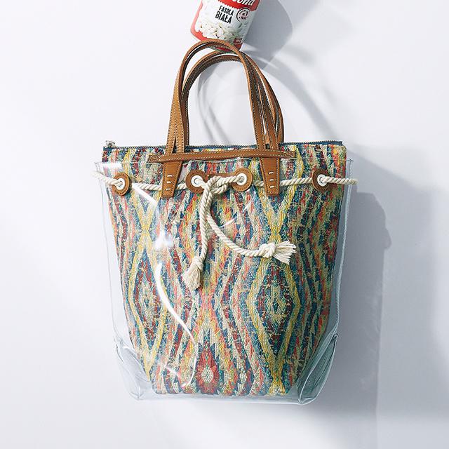 PVC素材のマーケットバッグ ¥49,000/アマン(ア ヴァケーション)