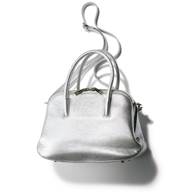 シルバーの輝きが装いを明るく引き上げてくれる。 バッグ(H20×W24×D12cm)¥26,000/デ・プレ