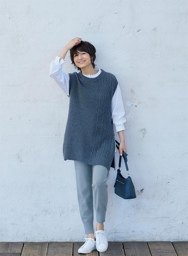 【Gray】グレーのニットジレはホワイトシャツを合わせたモノトーン配色で洗練度アップ