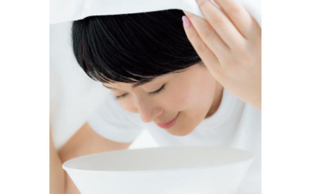 洗面器に顔を近づけ、頭をタオルで覆い、スチーム蒸し状態にして約30秒