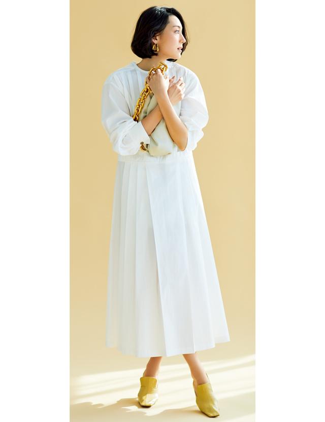 フェミニンなドレスとベージュパテントのパンプスコーデのLIZA