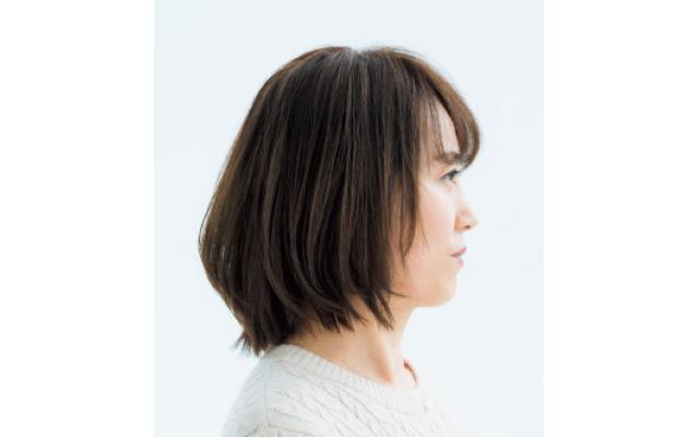 肩につく長さの外ハネ毛先を利用したひし形ボブスタイルのサイド