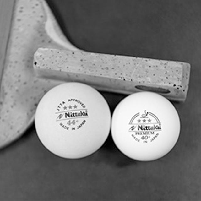 左が直径44 ㎜のラージボール(通常の硬式球は直径40㎜)