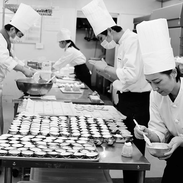 本店製菓部には 常時7〜8名が働い ている。